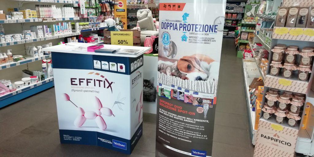 Desk promozionale con banner pubblicitario per promozione PET FOOD
